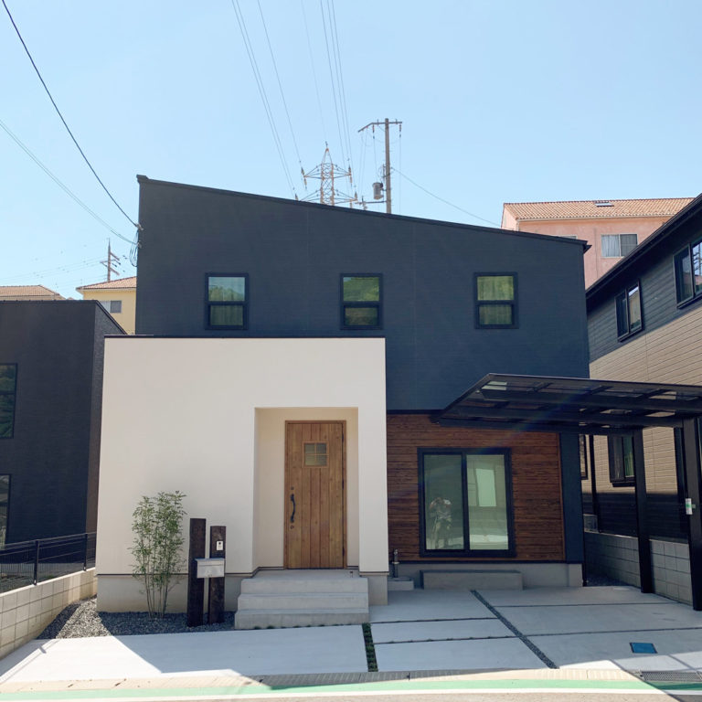 塗り壁やアクセントの板張り、素材使いが素敵なお家