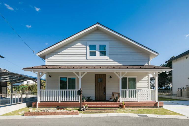 白で統一されたカリフォルニアスタイルのお家